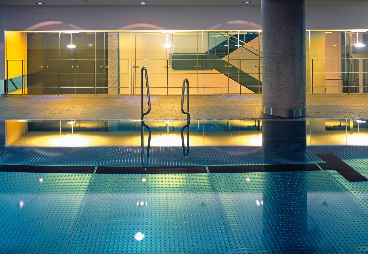 Der 21 Meter lange Pool bei Holmes Place auf der KÖ / © Holmes Place