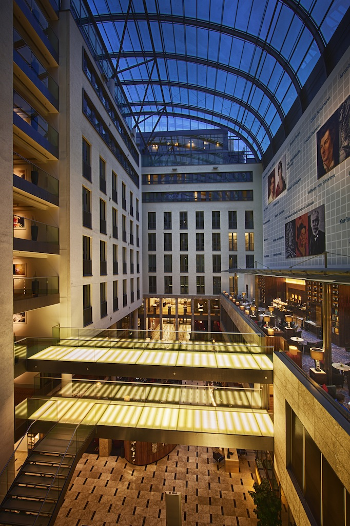 Sicht in das 40 Meter hohe Atrium des InterContinental Düsseldorf / © InterContinental