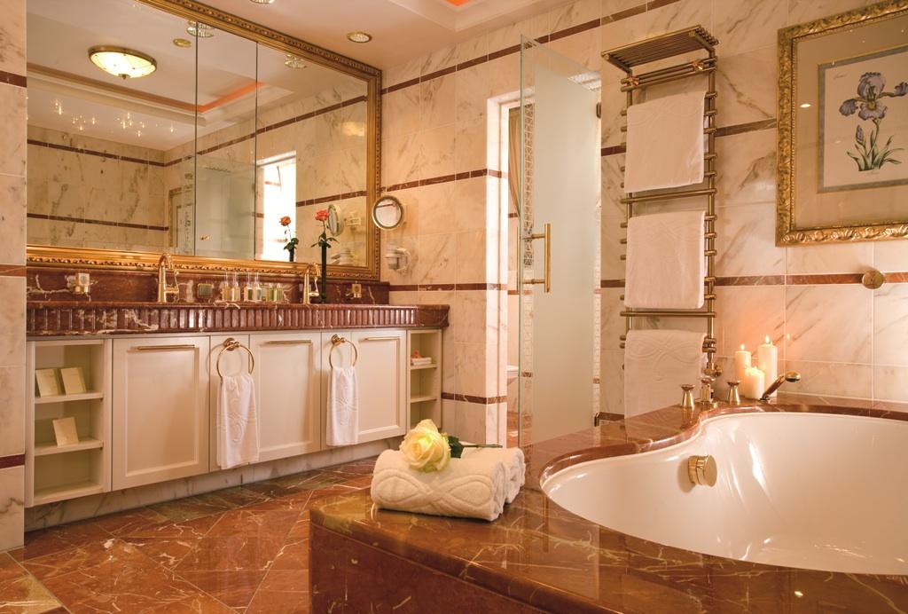 Blick ist traumhafte Badezimmer aus Marmor / © Althoff Seehotel Überfahrt Überfahrt