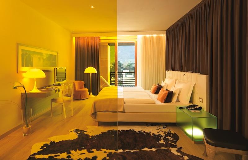 Der Blick vom Bad in den Schlafbereich der Calla-Suite / © Hotel Therme Meran GmbH