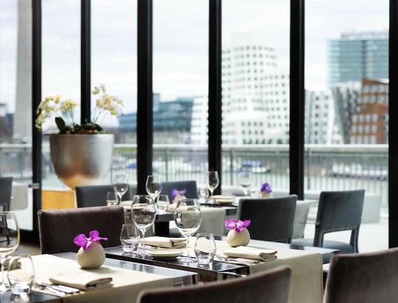 DOX Restaurant mit traumhaften Blick auf den Neuen Zollhof / © HYATT REGENCY