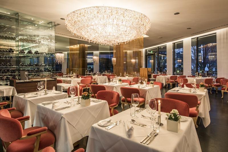Das Restaurant OLIVI mit dem pompösen Kronleuchter / © Hotel Therme Meran GmbH