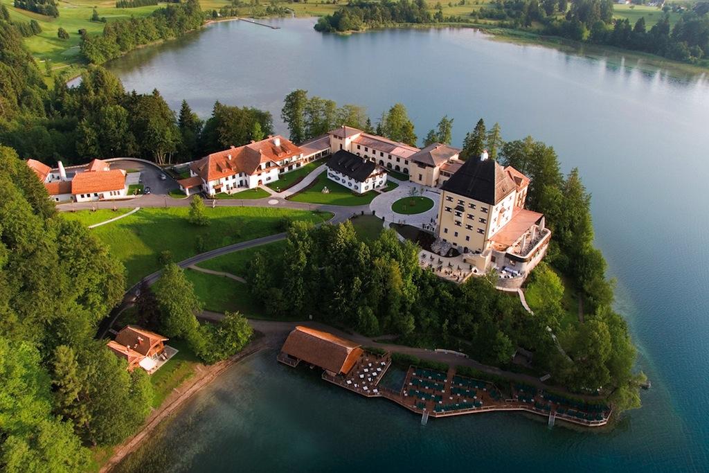 Auch im Schloss Fuschl war der jetzige F&B Manager Swen Pommerening schon beschäftigt. Hier eine schöne Luftaufnahme vom Schloss Fuschl / © Schloss Fuschl Betriebe GmbH