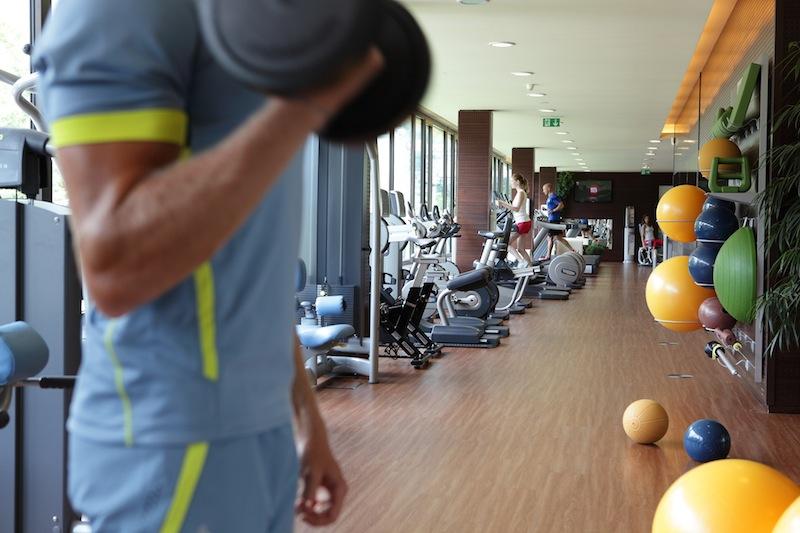 Krafttraining im Fitness-Centrum der Therme Meran / © Manuela Prossliner
