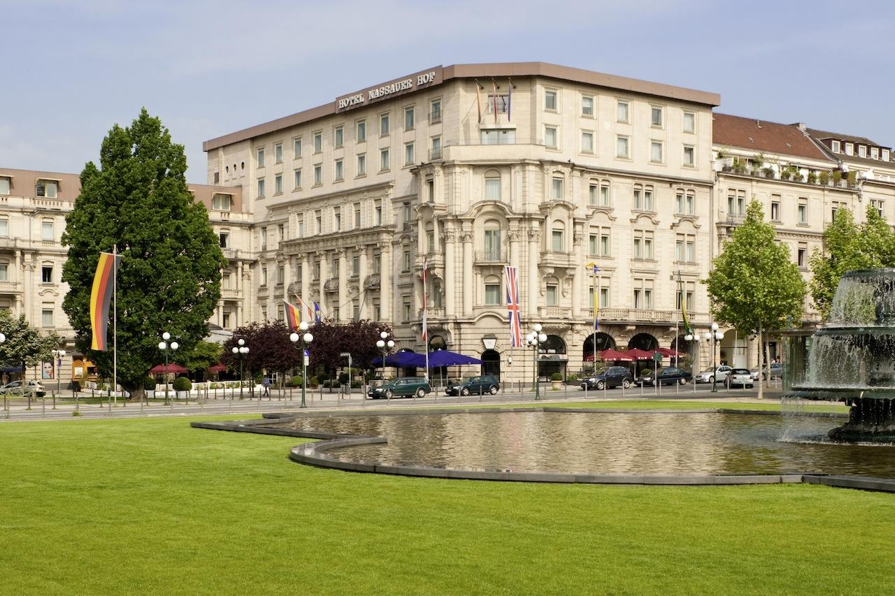 Die Außenansicht auf das 5 Sterne Superior Hotel Nassauer Hof in Wiesbaden / © Hotel Nassauer Hof