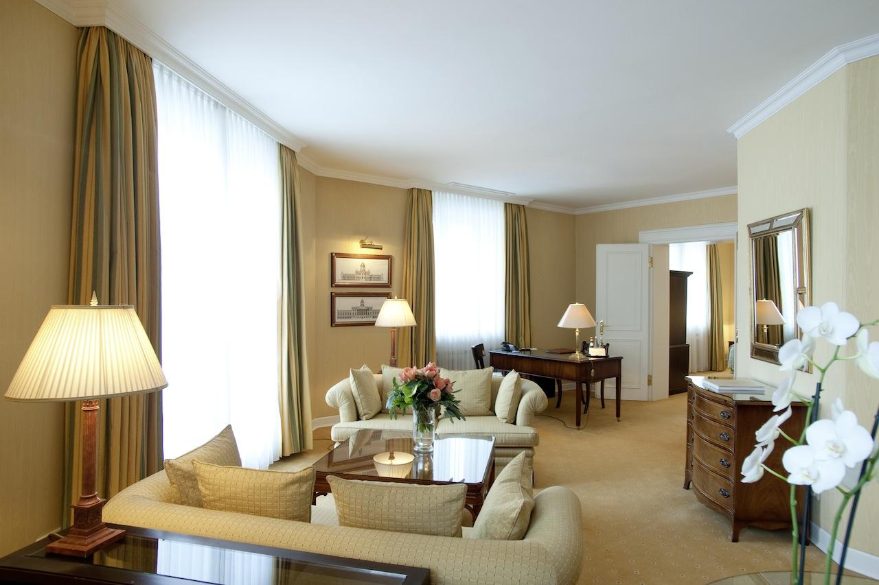 Das großzügige Wohnzimmer von einer der schönen Royal Suiten / © Nassauer Hof