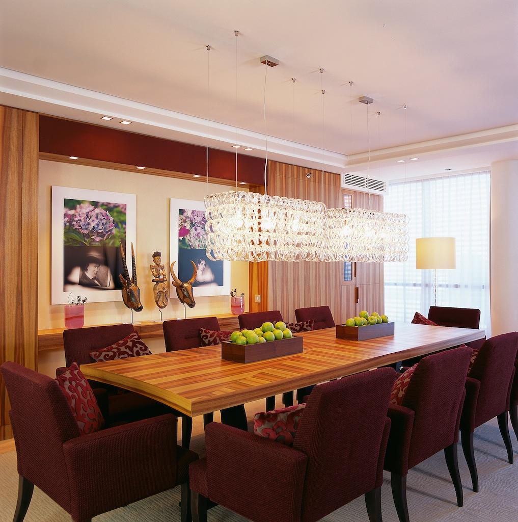 Der imposante Tisch aus Edelholz in der Präsidenten-Suite / © InterContinental