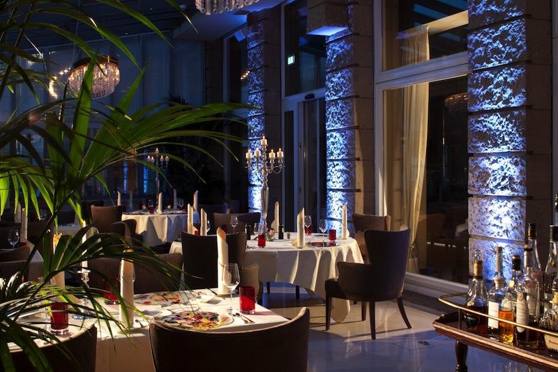 Der Wintergarten des feinen Restaurants Artiste im abendlichen Glanz / © Steigenberger Parkhotel