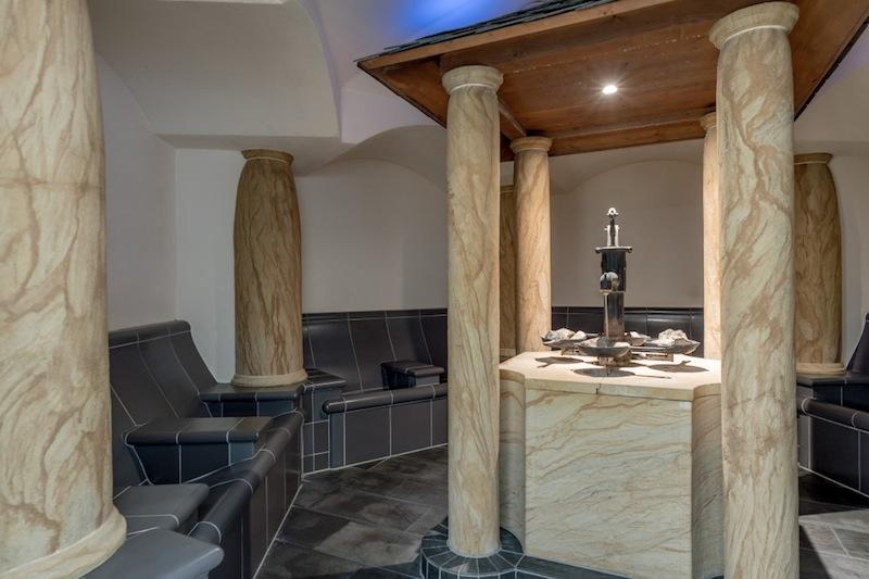 Kräuter-Badl: eine gelungene Mischung aus Stein, Marmor und Holzbaldachin in der Mitte / © AQUA DOME