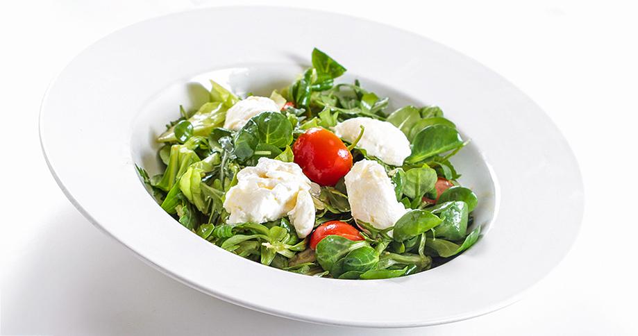 Salat mit Pödör Haselnussöl, Pödör Aprikosenessig und Ziegenkäse / © PÖDÖR Premium Öle und Essige