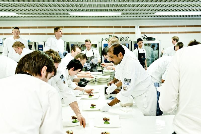Im Hintergrund wird Schwerstarbeit verrichtet. Die Köche haben keine Minute zum Verschnaufen / © Rheingau Gourmet & Wein Festival