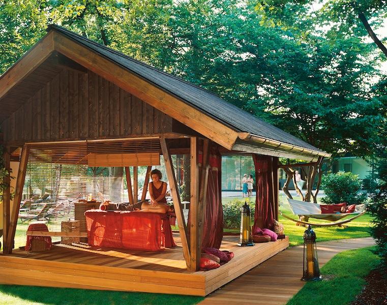 Bei gutem Wetter sind die Massagepavillons heiß begehrt / © Claudius Therme Köln