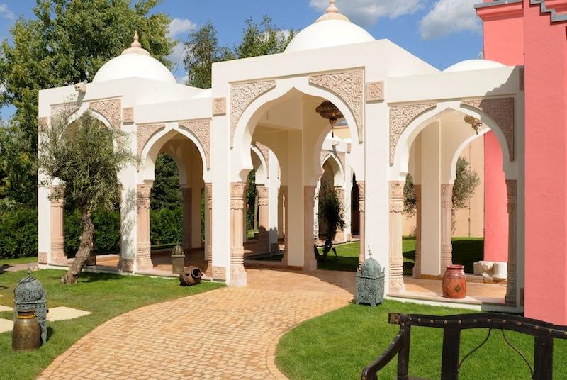 Die Arkaden im MEDITERANA, welche der Anlage den typischen, architektonischen, indischen Stil verleihen / © Mediterana