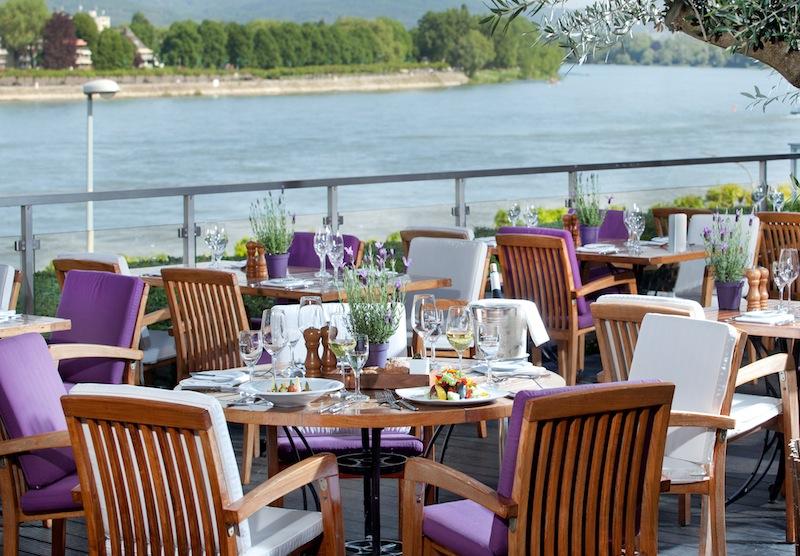 Die Außenterrasse vom Restaurant OLIVETO in Bonn mit wunderschönem Blick auf den Rhein / © AMERON Hotel Königshof