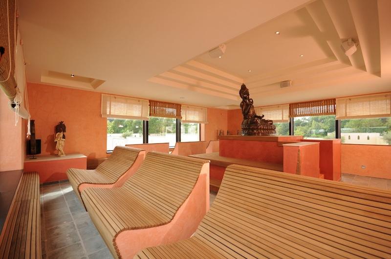 Haus der Meditation - die körpergerecht geformten Liegen / © Mediterana