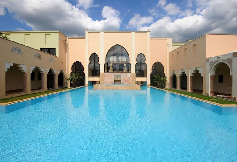 Indischer Pool: Der Außenpool befindet sich direkt in der Mitte dieser wundervollen Anlage / © Mediterana