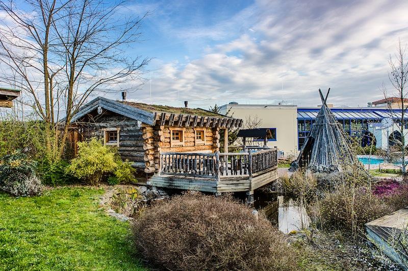 Die Teich-Sauna mit der Zeltkote und der Sonnenterrasse