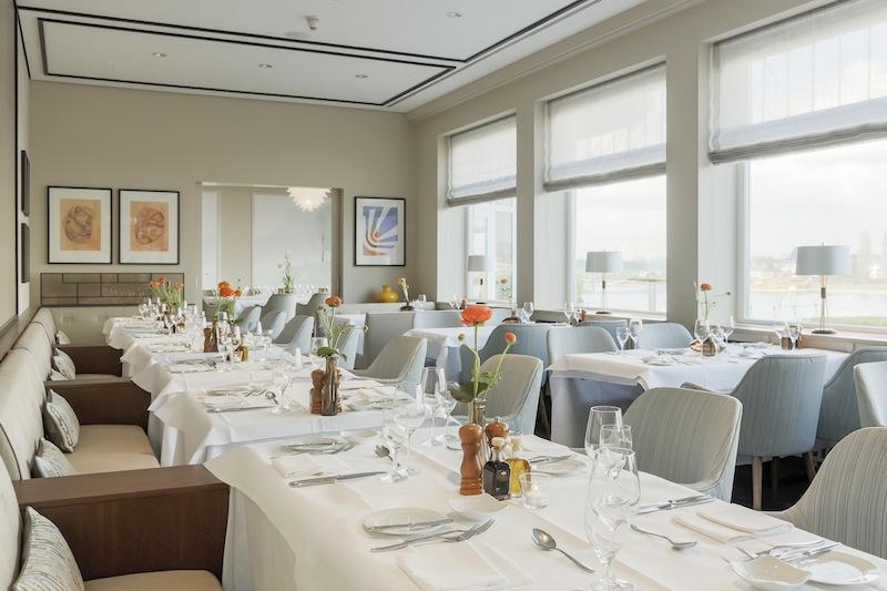 Das Restaurant OLIVETO in Bonn. Stil der 60er Jahre mit traumhaften Blick auf den Rhein / © AMERON Hotel Königshof