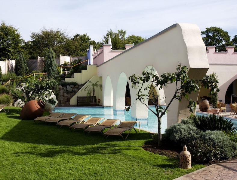 Ein Blick auf den spanisch-maurischen Poolgarten im Außenbereich / © Mediterana