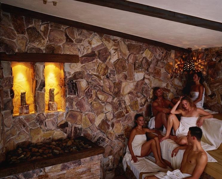 In der Stein-Sauna: Bei 90°C genießen hier Gäste die Hitze in einer Welt aus heilendem Goldquarz / © Mediterana