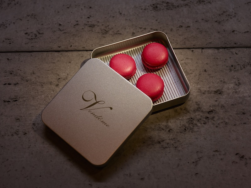 In edeler Verpackung präsentiert sich MACARON - Erdbeer - Lakritz / © Erik Chmil