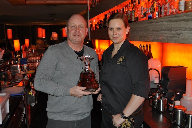 Andreas Conrad und Barmanagerin Nadine Bawulski in der Harry's New-York Bar in Köln. Kenner werden wohl nur den Blick auf den Hennessy Paradies Imperial gerichtet haben / © Redaktion FrontRowSociety.net