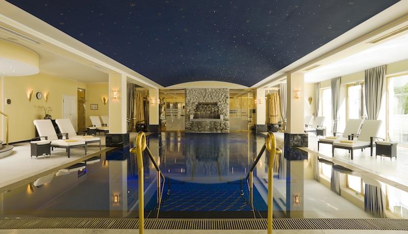 Entspannen im modernen Pool unter einem leuchtenden Sternenhimmel im Grandhotel Schloss Bensberg / © Althoff Grandhotel Schloss Bensberg