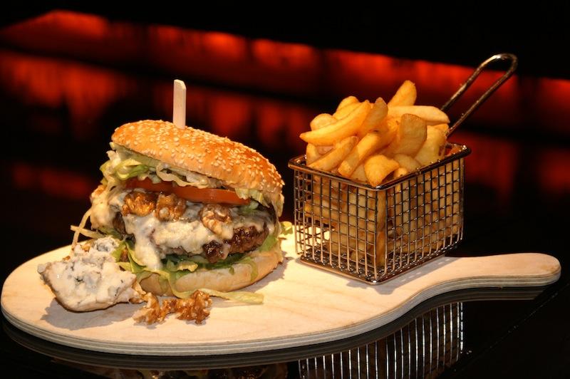 Und hier der kräftige Harry's Blue-Cheese Burger. In der Harry's New-York Bar in Köln einfach schmackhaft / © Benjamin Klöcknernt