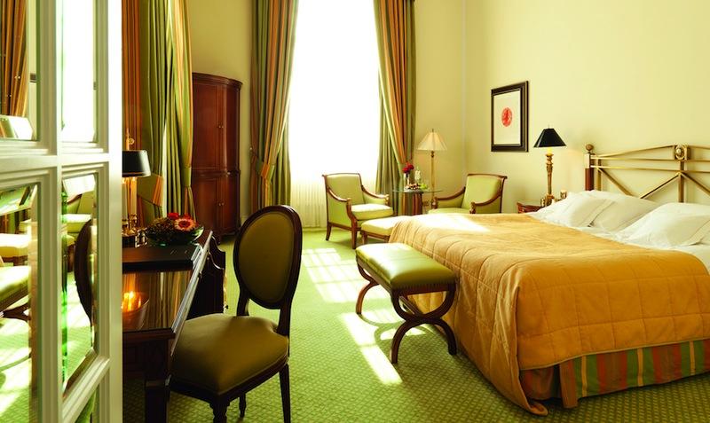 Die Deluxe Zimmer zeichnen sich durch eine liebevoll ausgewählte Zimmerausstattung aus / © Althoff Grandhotel Schloss Bensberg