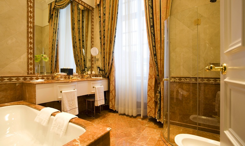 Das Badezimmer der Dom Suite ist in Marmor gehalten und großzügig geschnitten / © Althoff Grandhotel Schloss Bensberg