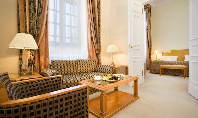 Die Dom-Suiten liegen exponiert im vordersten Flügel des Schlosses. Mit direkten und einmaligen Blick auf den Kölner Dom / © Althoff Grandhotel Schloss Bensberg