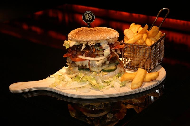 """Die wirklich köstlichen Harry's Burger gibt es nur im Original in der """"Harry's New-York Bar"""" im Dorint Hotel am Heumarkt / © Benjamin Klöckner"""