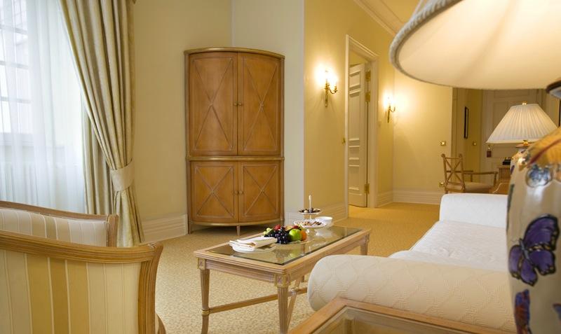 Die Garten Suite mit separatem Wohn- und Schlafbereich ist auch bei längeren Aufenthalten behaglich / © Althoff Grandhotel Schloss Bensberg