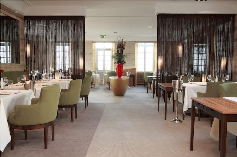 Die moderne und elegante Einrichtung im Gourmetrestaurant Vendôme im Grandhotel Schloss Bensberg / © Althoff Hotel Schloss Bensberg