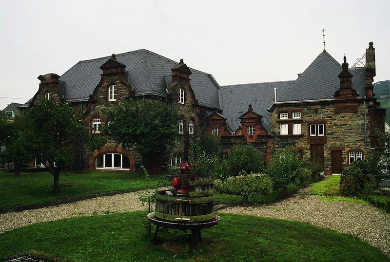 Der schöne Innenhof vom Gutshaus an der Mosel - Bernkastel / © Weingüter Wegeler