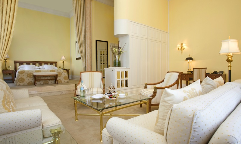 Warme Farben dominieren in der Junior Suite. Der großzügige Schlafbereich mit Couchecke schafft eine behagliche Atmosphäre / © Althoff Grandhotel Schloss Bensberg