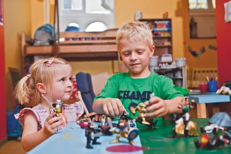 Geschulte Kinderbetreuer sorgen sich um den Nachwuchs während die Eltern sich sportlich fordern oder erholen / © Neptunbad Köln