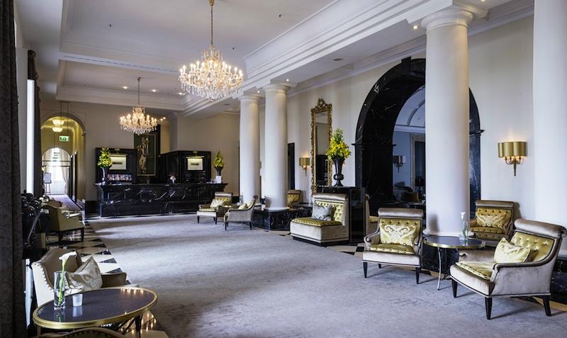 Die hohe Lobby im Althoff Grandhotel Schloss Bensberg - hohe Decken und historischer Charme / © Althoff Grandhotel Schloss Bensberg