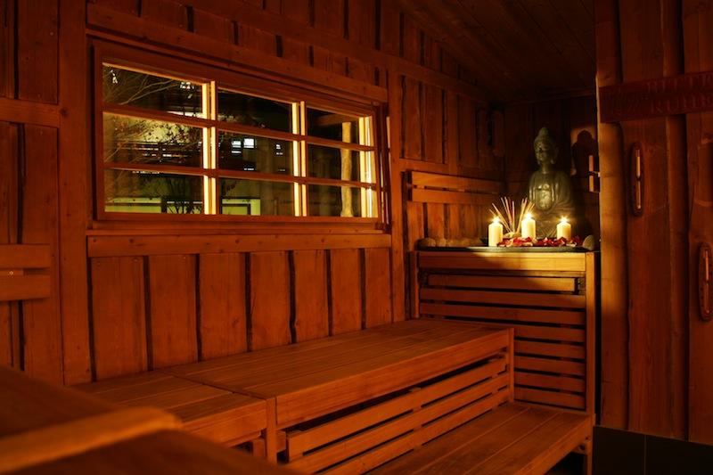 Zur japanischen Lichtersauna setzt die Maiban-Sauna ganz bewusst auf eine unbeleuchtete Umgebung / © Neptunbad Köln