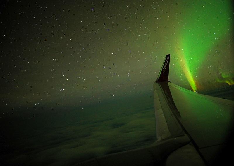 Tanz oder Kampf der Götter? Traumhafte Blicke auf das Polarlicht aus dem Flugzeug / © Peter Oden
