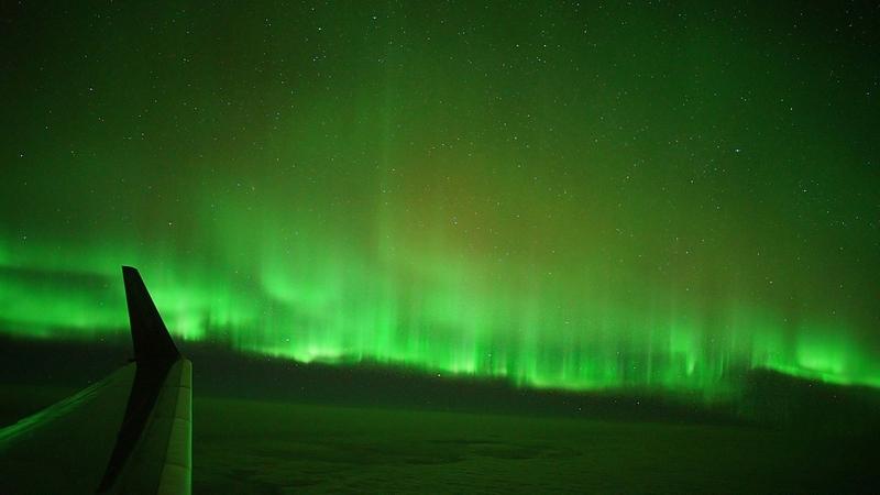 Polarlichter - Das geheimnisvolle Leuchten am Himmel bestaunen die Teilnehmer aus dem Flugzeugfenster / © Peter Oden