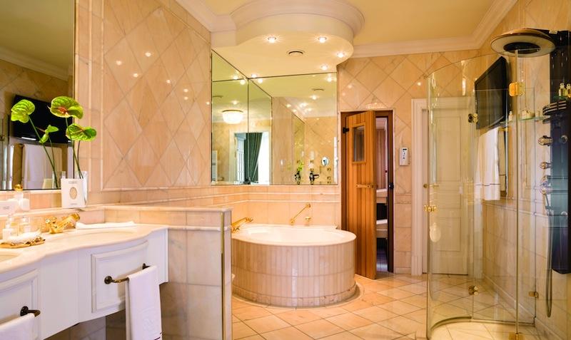 Das luxuriöse Badezimmer mit Whirlpool und Sauna in der Präsidenten Suite / © Althoff Grandhotel Schloss Bensberg