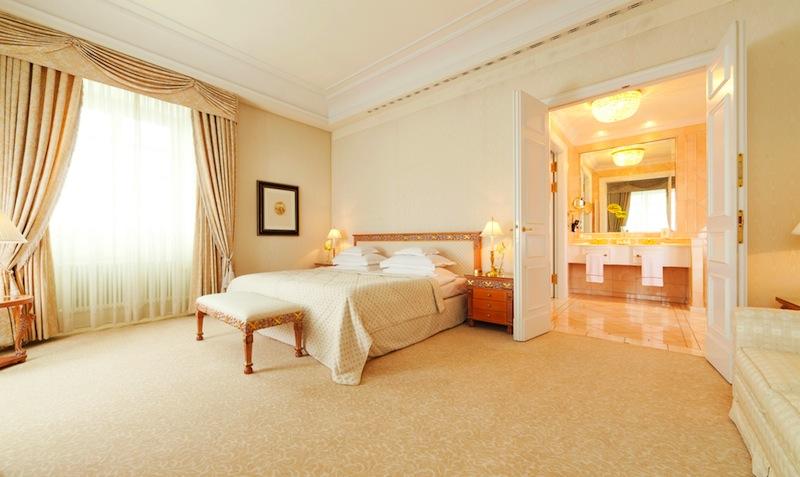 Das großzügige Schlafzimmer in der Präsidenten Suite vom Grandhotel / © Althoff Grandhotel Schloss Bensberg