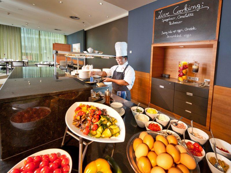 Was hätten's denn gerne zum Frückstück? Immer frisch zubereitete Speisen finden den Platz auf dem Teller / © Dorint