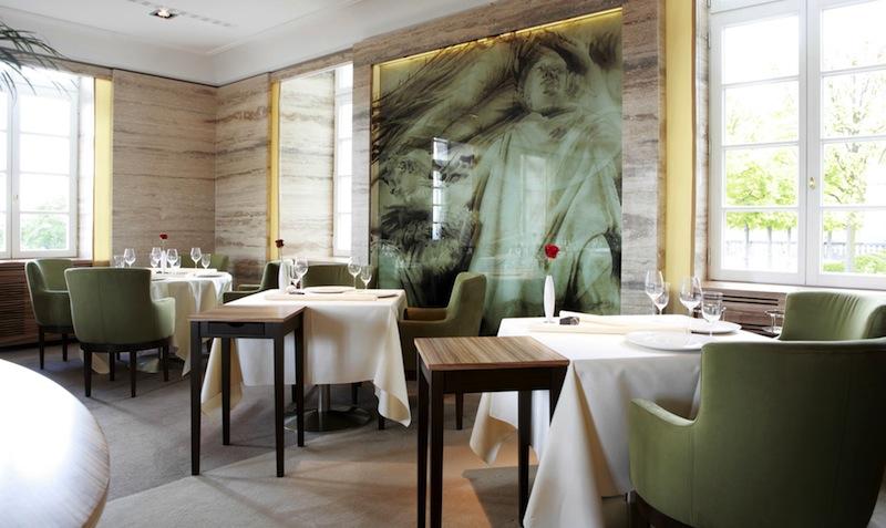 moderne und elegante Einrichtung im Gourmetrestaurant Vendôme / © Althoff Grandotel Schloss