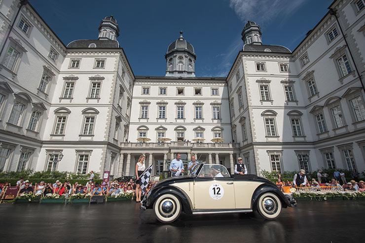 """Bei nationalem und internationalem Oldtimer-Enthusiasten ist die """"Schloss Bensberg Classics"""" bekannt / © Althoff Grandhotel Schloss Bensberg"""