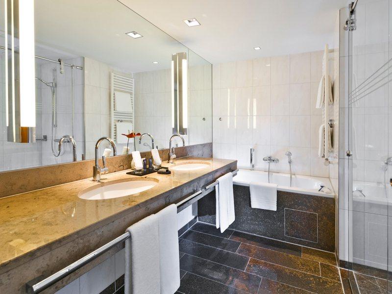 Das Badezimmer der Komfort Suite ganz in Marmor / © Dorint