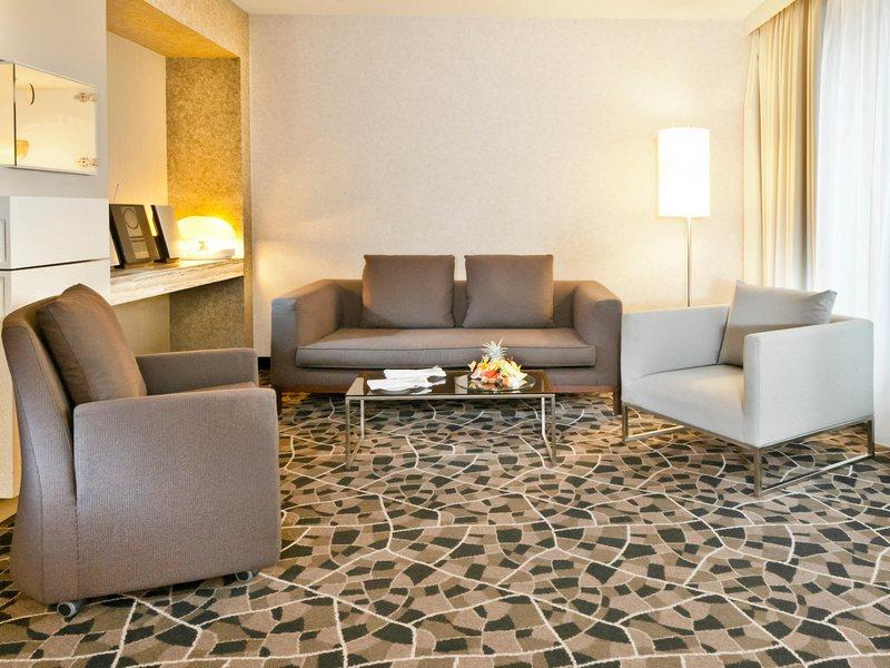 Der großzügige und elegante Wohnbereich der Komfort Suite im Dorint Hotel am Heumarkt / © Dorint