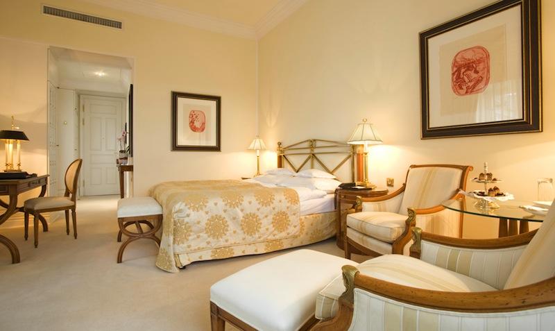 Die Superior Zimmer im klassisch-eleganten Stil, mit Blick auf den Schlossinnenhof oder Schlossgarten, sind in hellen, warmen Farben gehalten / © Althoff Grandhotel Schloss Bensberg