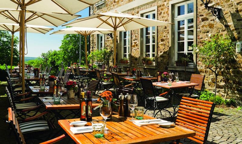 Nicht nur bei Geschäftsleuten ist der Lunch auf einer der schönsten Terrassen des Bergischen Landes beliebt / © Althoff Grandhotel Schloss Bensberg